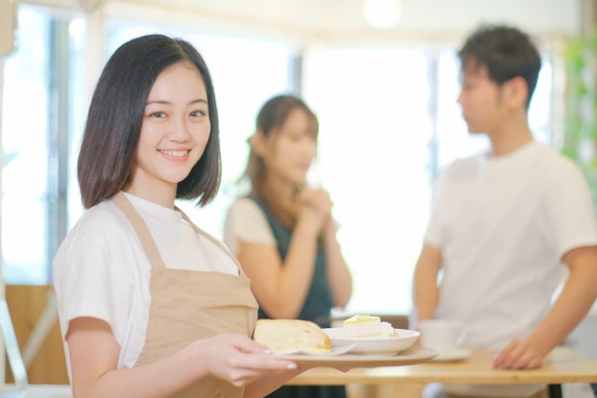 単発バイトで働く女性