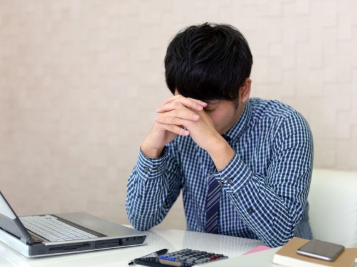 疲労を感じる男性