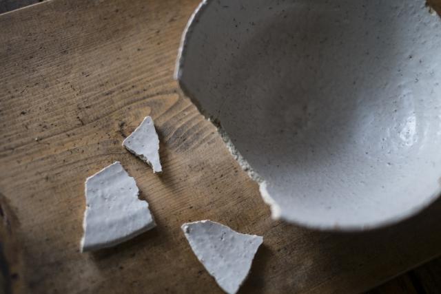 飲食店バイトで皿を割ったら弁償すべき?罰金を科されたら?