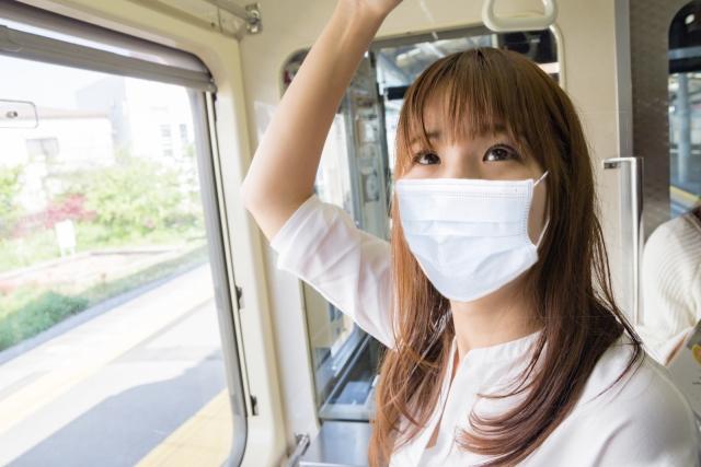 マスクをした出勤中の女性